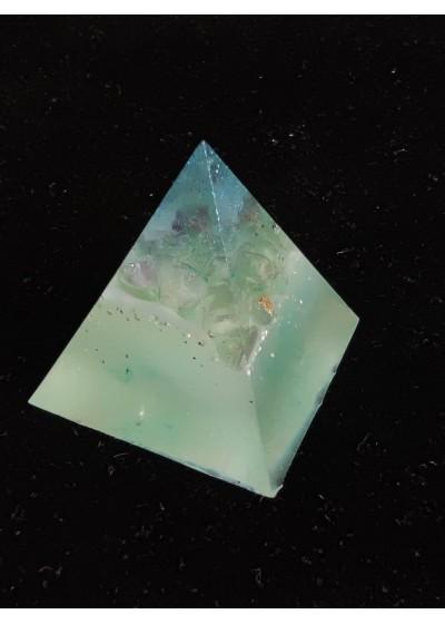 Пирамида оргонит с флуорит за изпити и учене размер S