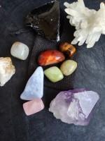 Шлифовани естествени камъни и друзи